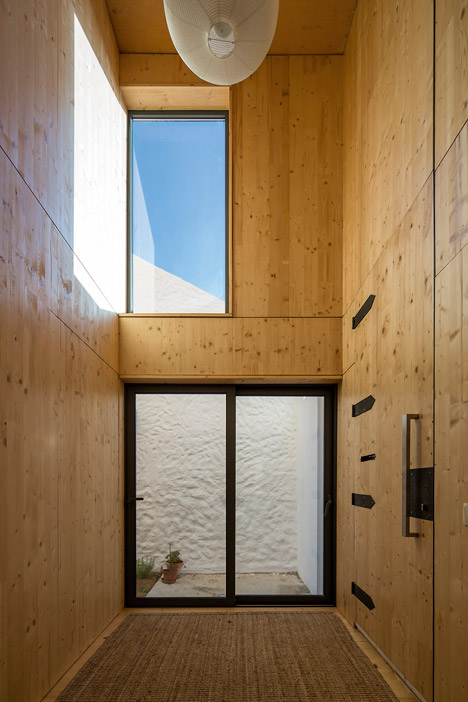 House-in-Palmela-Portugal-by-Paratelier_dezeen_468_2